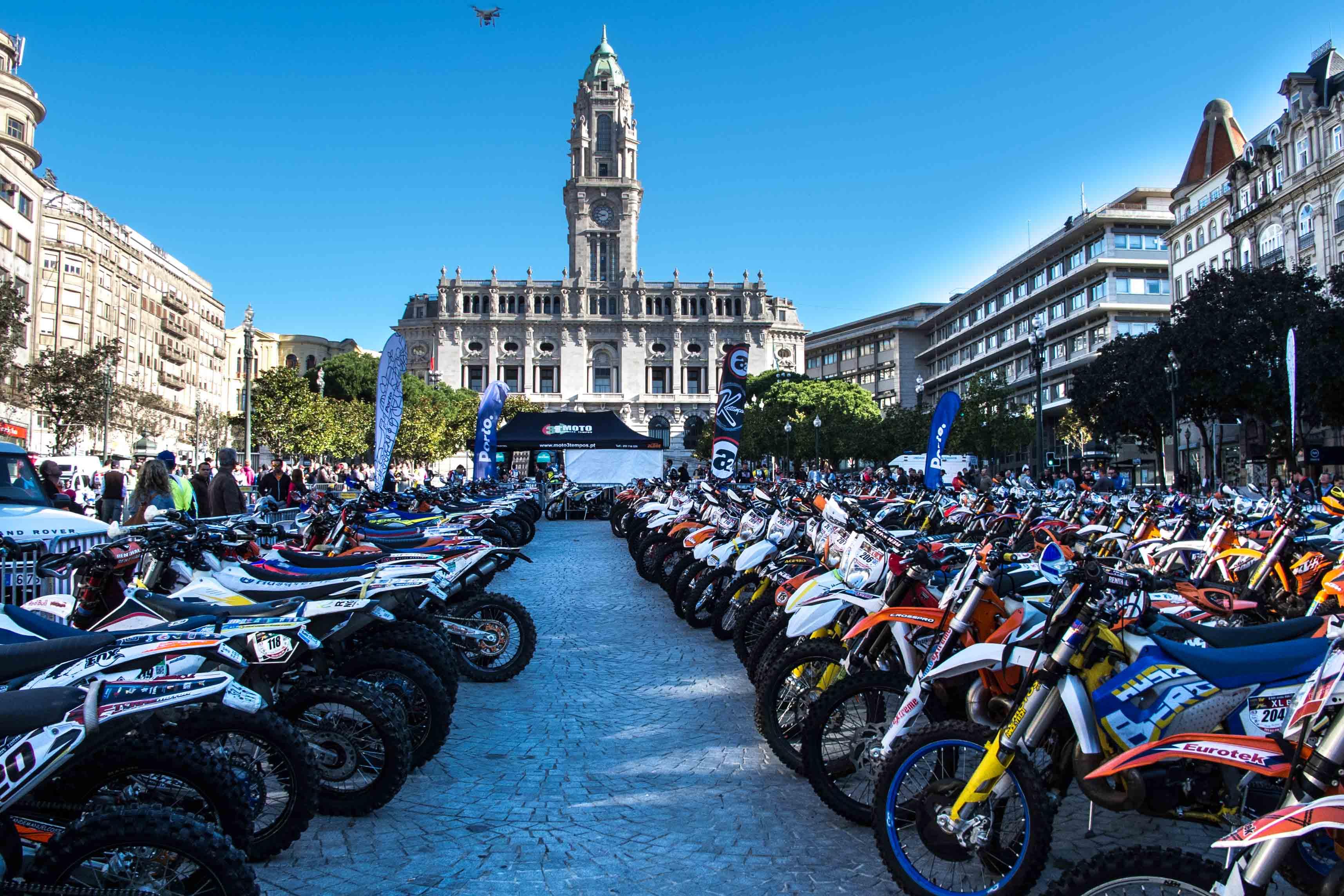 Motos Enduro en la Avenida dos Aliados de Oporto