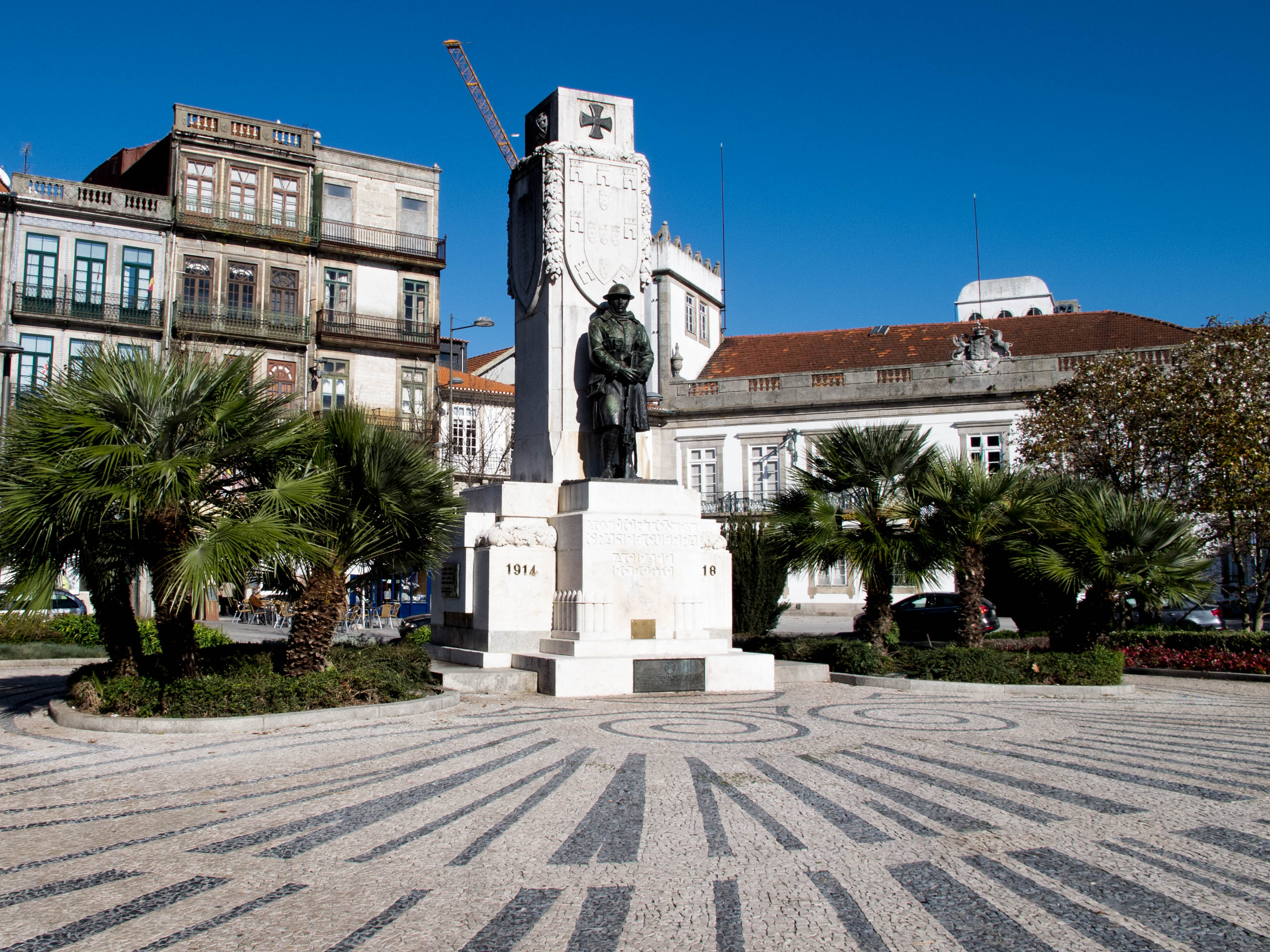 "The statue at the Center of Carlos Alberto Square, represents the ""unkown soldier"""
