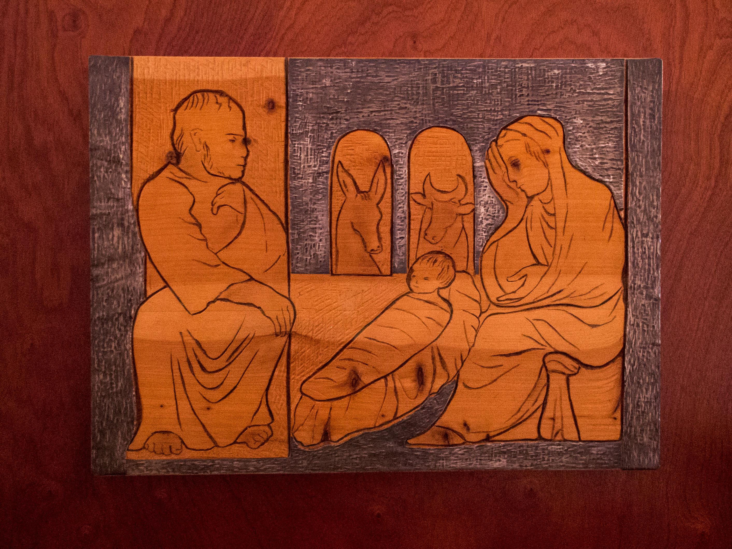 Representación contemporánea en madera y plata del nacimiento de Jesús por Irene Vilar, un escultora muy querida en Oporto En la Igreja dos Grilos hay una sala dedicada a su trabajo, donde se encuentra esta pieza
