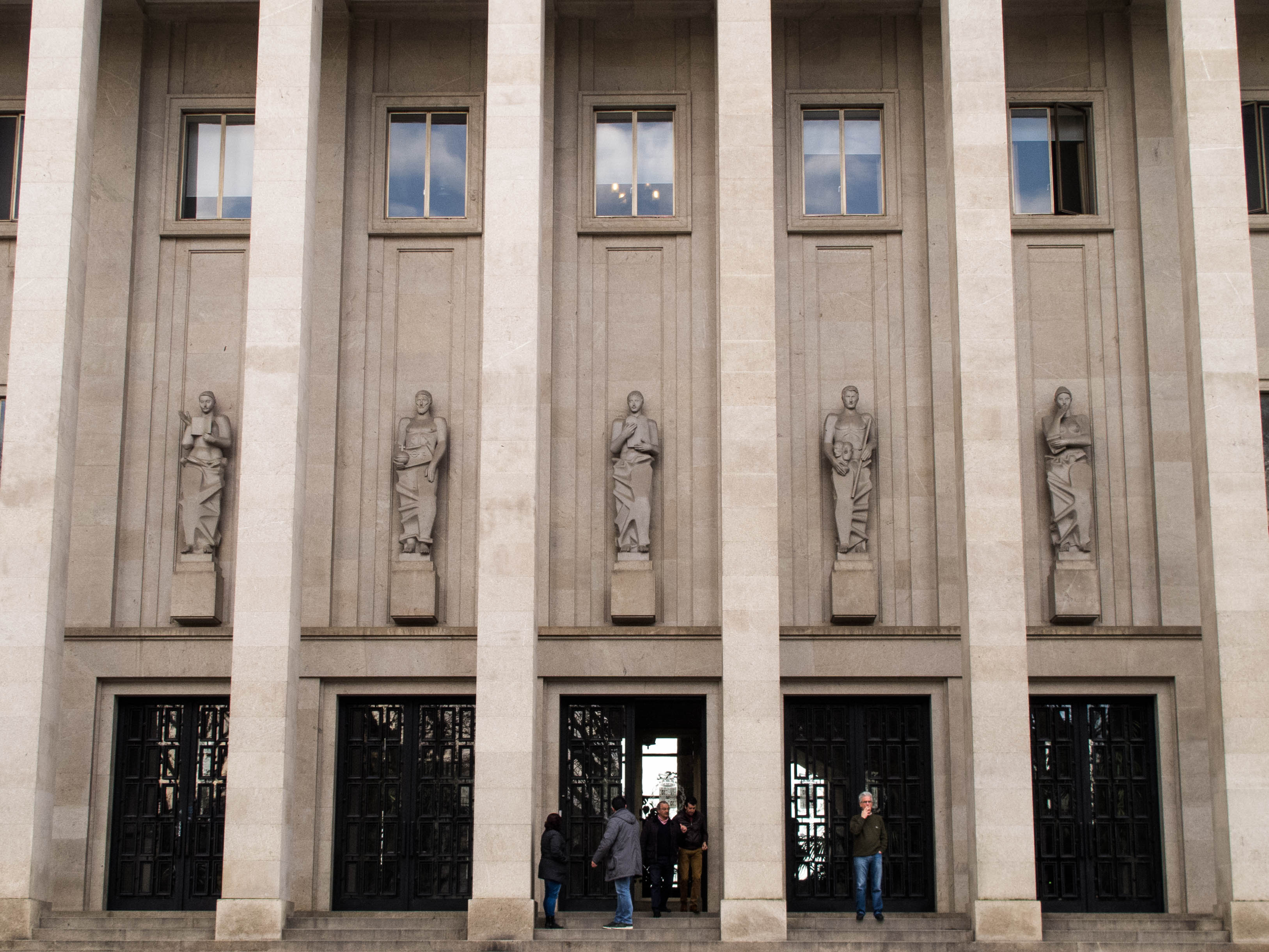 5 esculturas de Barata Feyo perfilam-se entre os pilares do Palácio da Justiça