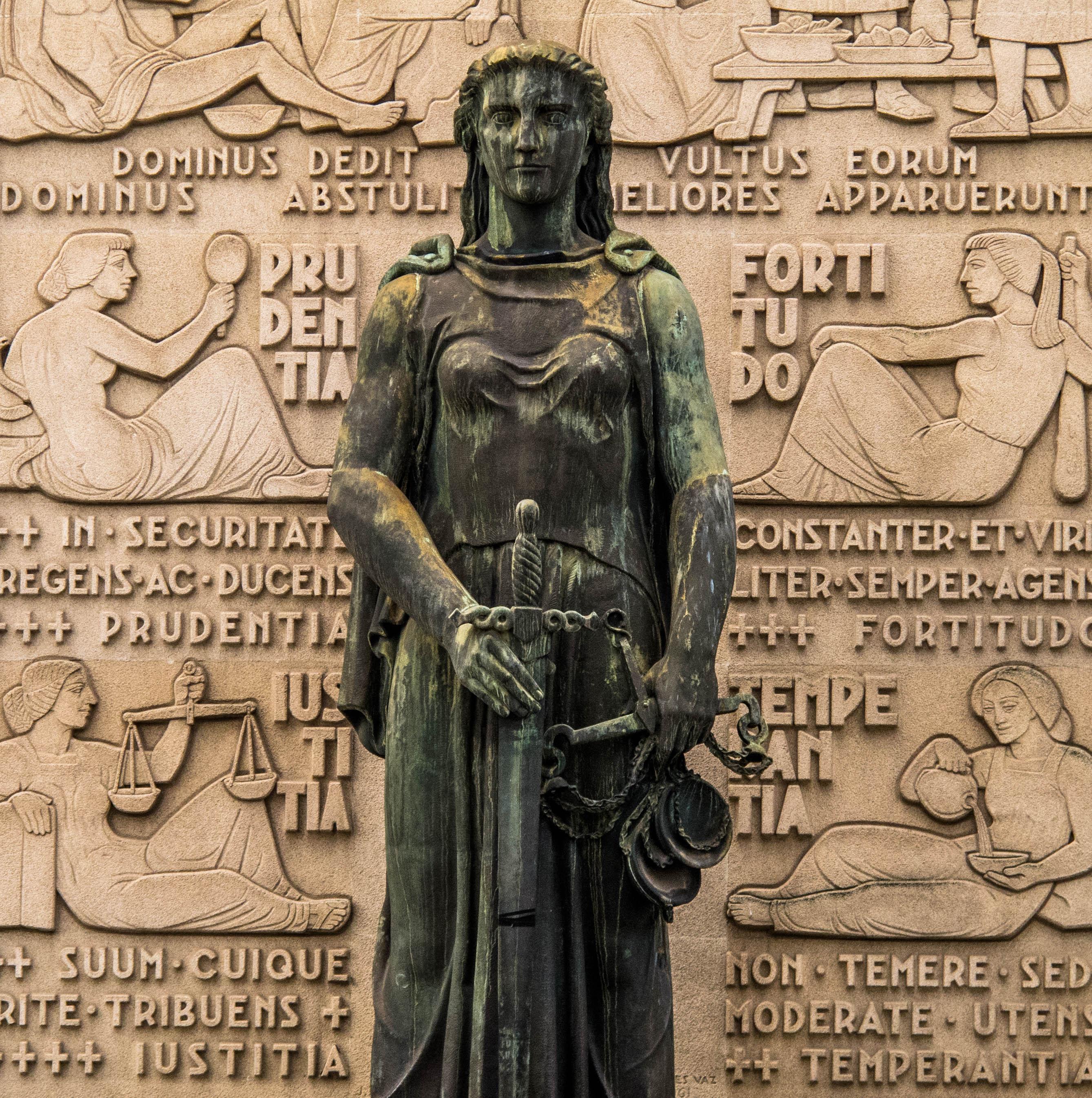 A Justiça ladeada pelo baixo relevo de Euclides Vaz