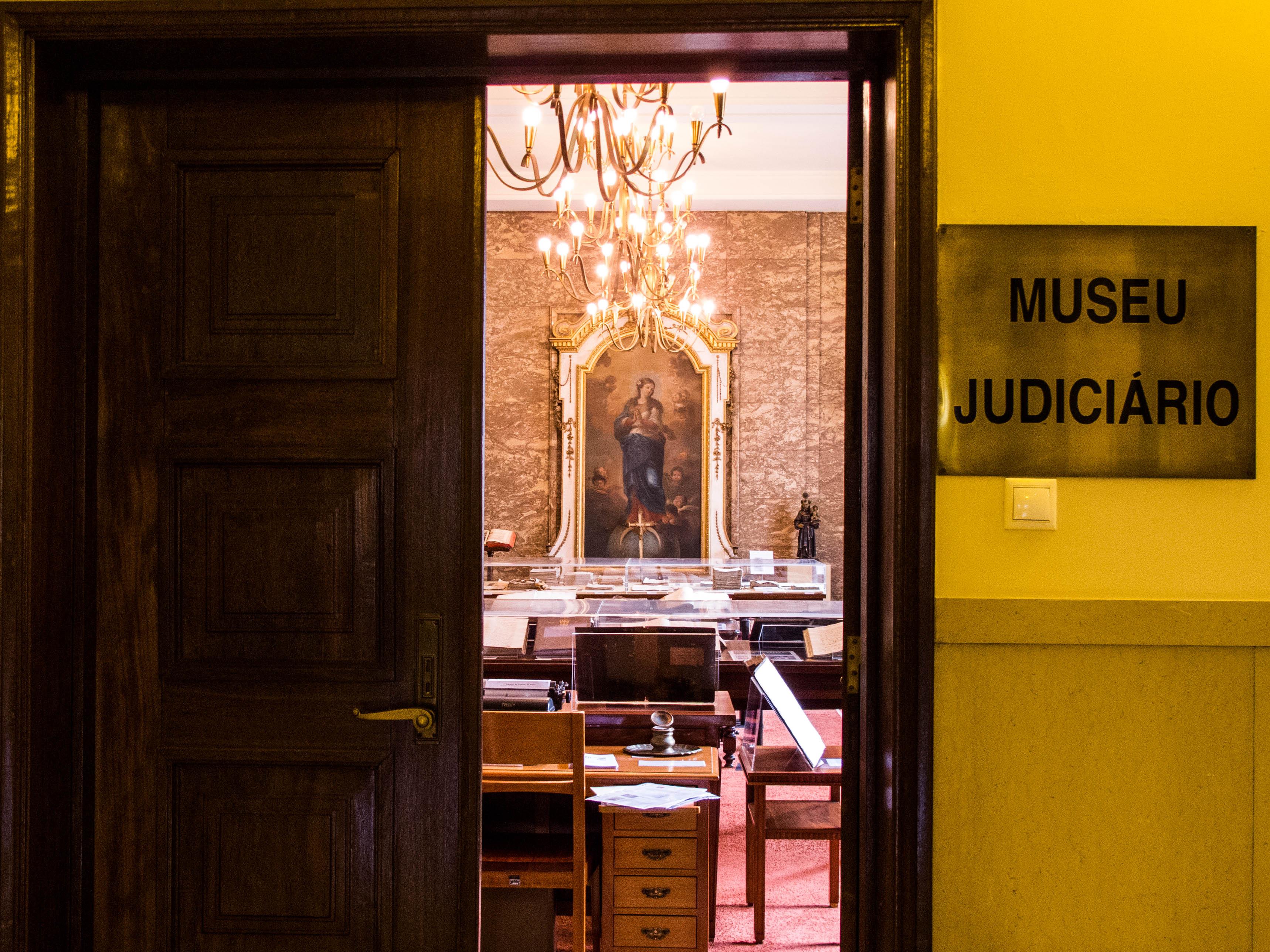 Uma porta aberta revela o interior do museu Judiciário no Palácio da Justiça