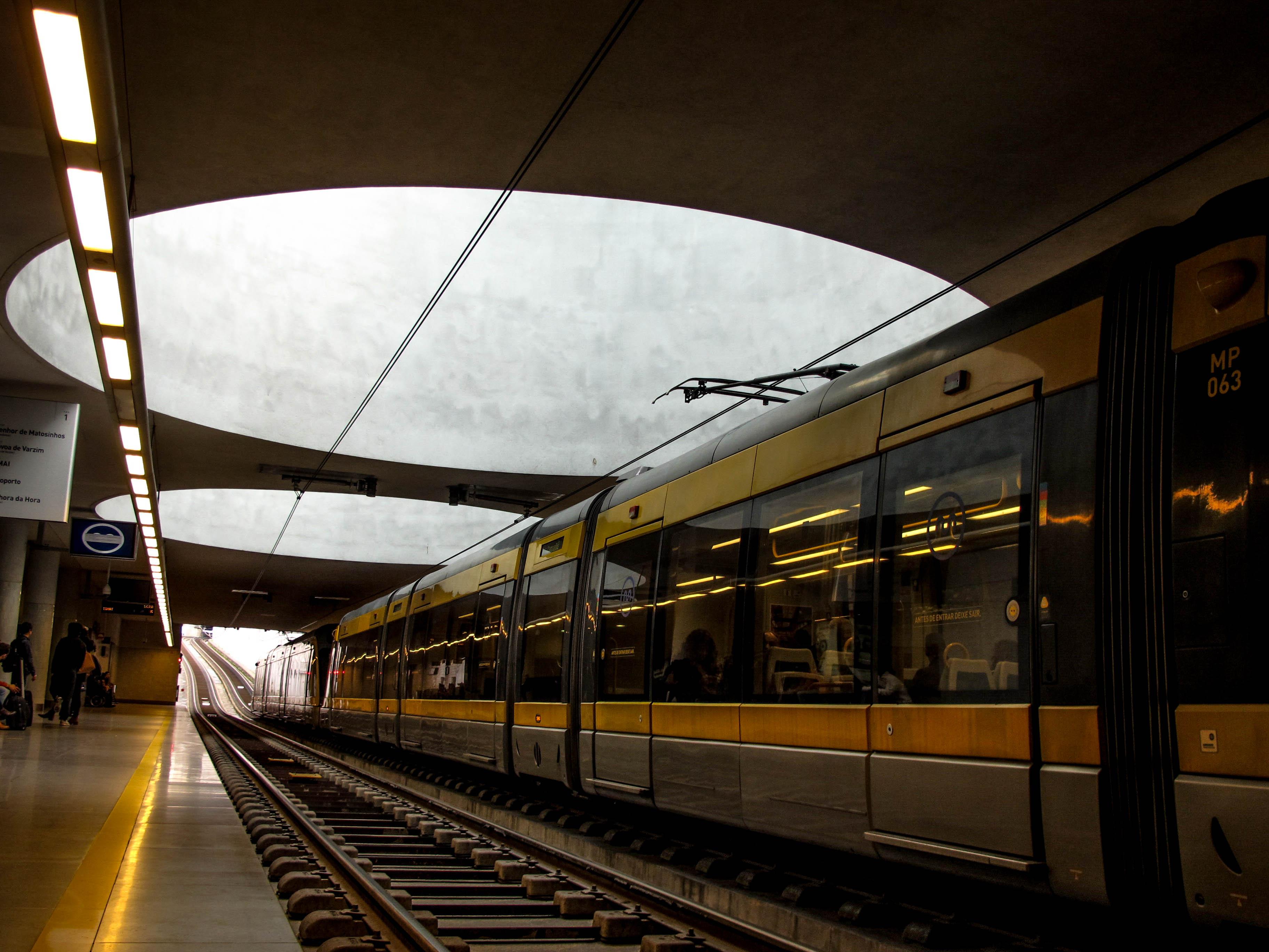 Duas gigantescas clarabóias iluminam a estação de metro da Casa da Música