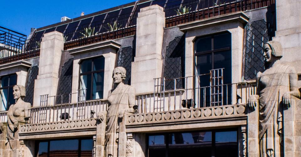 Três das oito esculturas do Edifício Comércio do Porto