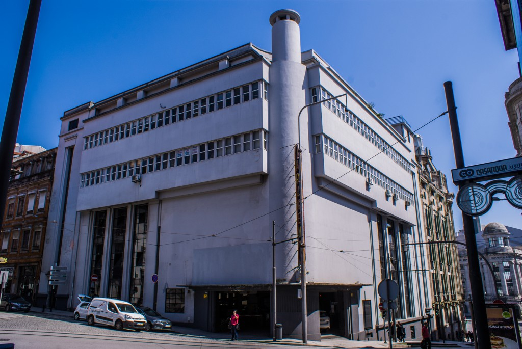 Vista sobre a totalidade do edifício da Garagem do Comércio do Porto.